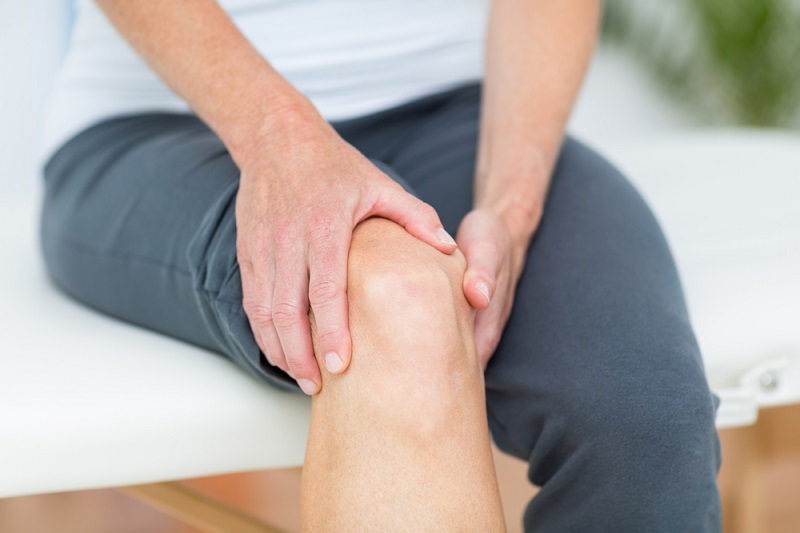 woman-having-knee-pain-in-medical-office