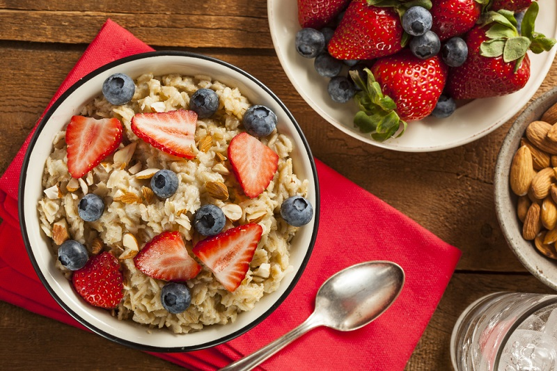 healthy-homemade-oatmeal-with-berries