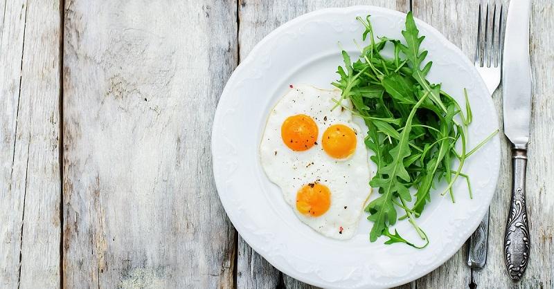 fresh-breakfast-with-scrambled-eggs-and-arugula