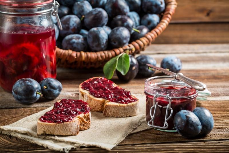 sandwich-with-fresh-plum-jam