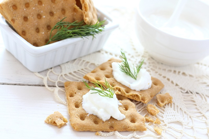 snack-crackers-with-cream-cheese-and-dill